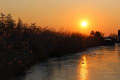 IsabelvanVeen-Portfolio-Natuur-zonsondergang-ijs-reflectie-riet (28)