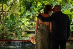 IsabelvanVeen-Shoots-Trouwreportage-bruidspaar-kus-tropischetuin (6)